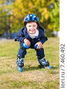 Купить «Улыбающийся маленький мальчик на роликовых коньках в парке», фото № 7460492, снято 17 сентября 2014 г. (c) Сергей Сухоруков / Фотобанк Лори