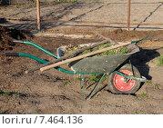 Купить «Садовый инвентарь в тележке», фото № 7464136, снято 3 мая 2015 г. (c) Марина Орлова / Фотобанк Лори