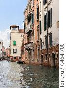 Купить «Дома отражаются в спокойных водах узкого венецианского канала. Италия», фото № 7464700, снято 4 ноября 2013 г. (c) Евгений Ткачёв / Фотобанк Лори