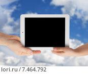 Купить «Рука взрослого и ребенка держат планшетный компьютер на фоне неба», фото № 7464792, снято 2 мая 2015 г. (c) Элина Гаревская / Фотобанк Лори