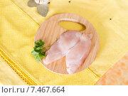 Купить «Куриное филе и листья петрушки на разделочной доске», фото № 7467664, снято 23 мая 2015 г. (c) Ален Лагута / Фотобанк Лори