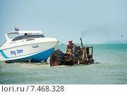 Старый трактор тащит яхту на берег (2015 год). Редакционное фото, фотограф Евгений Андреев / Фотобанк Лори