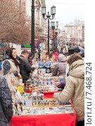 Торговля сувенирами на улице Нижнего Новгорода, эксклюзивное фото № 7468724, снято 19 апреля 2015 г. (c) Константин Косов / Фотобанк Лори