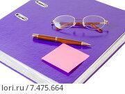 Купить «Ручка, очки и стикер на фиолетовой папке», фото № 7475664, снято 24 февраля 2015 г. (c) Elena Molodavkina / Фотобанк Лори