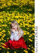 Девочка в цветах одуванчика. Стоковое фото, фотограф Анна Алексеенко / Фотобанк Лори