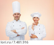 Купить «happy chefs or cooks couple over beige background», фото № 7481916, снято 7 марта 2015 г. (c) Syda Productions / Фотобанк Лори
