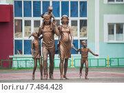 Купить «Саранск. Памятник Семье  возле Собора Федора Ушакова», фото № 7484428, снято 18 мая 2015 г. (c) Сайганов Александр / Фотобанк Лори