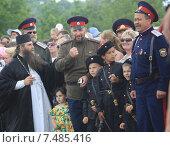Казаки с детьми и священником на празднике (2011 год). Редакционное фото, фотограф Нина Ефремова / Фотобанк Лори