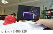 Купить «Каска на строительных чертежах и трехмерная модель объекта на экране монитора, архитектор за работой», видеоролик № 7486920, снято 6 апреля 2015 г. (c) Кекяляйнен Андрей / Фотобанк Лори