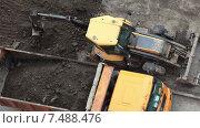 Купить «Строительные работы по благоустройству придомовой территориии», видеоролик № 7488476, снято 22 апреля 2015 г. (c) Кекяляйнен Андрей / Фотобанк Лори