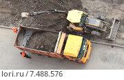 Купить «Снятие верхнего слоя земли для укладки асфальта, расширение проезжей части дороги», видеоролик № 7488576, снято 22 апреля 2015 г. (c) Кекяляйнен Андрей / Фотобанк Лори