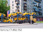Купить «Желтые такси на автовозе», эксклюзивное фото № 7492152, снято 29 мая 2015 г. (c) Александр Щепин / Фотобанк Лори