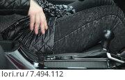 Купить «Женская рука отстегивает ремень безопасности в автомобиле, крупный план», видеоролик № 7494112, снято 5 мая 2015 г. (c) Кекяляйнен Андрей / Фотобанк Лори