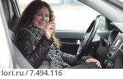 Купить «Улыбающаяся девушка водитель показывает ключи зажигания, сидя на водительском месте», видеоролик № 7494116, снято 5 мая 2015 г. (c) Кекяляйнен Андрей / Фотобанк Лори