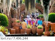 Туристы в тропическом сау Нонг Нуч. Таиланд (2015 год). Редакционное фото, фотограф Евгений Андреев / Фотобанк Лори