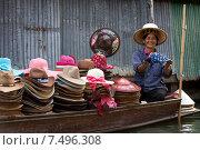 Плавучий рынок в Паттайе (Pattaya Floating market). Продавец шляп (2015 год). Редакционное фото, фотограф Евгений Андреев / Фотобанк Лори