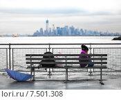 Одинокая девочка сидит на скамейке с мобильным телефоном (2012 год). Редакционное фото, фотограф Татьяна Кривая / Фотобанк Лори