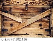 Купить «Старый деревянный ящик с замком», фото № 7502156, снято 9 июля 2020 г. (c) Дарья Петренко / Фотобанк Лори