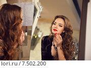 Купить «Девушка с длинными волосами смотрит на свое отражение в зеркале», фото № 7502200, снято 19 мая 2015 г. (c) Photobeauty / Фотобанк Лори