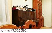 Купить «Коричневое полированное фортепиано в библиотеке», видеоролик № 7505596, снято 20 декабря 2014 г. (c) Павел С. / Фотобанк Лори