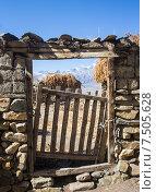 Купить «Деревянная калитка в каменной стене. Непал», фото № 7505628, снято 1 ноября 2014 г. (c) Василий Кочетков / Фотобанк Лори