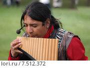 Индеец играет на национальнм духовом инструменте -най (2015 год). Редакционное фото, фотограф Евгения Кирильченко / Фотобанк Лори