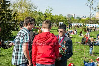 День Победы. Молодёжь поздравляет ветеранов