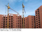 Купить «Подъёмные  краны над строящимся домом», эксклюзивное фото № 7533932, снято 8 июня 2015 г. (c) Svet / Фотобанк Лори