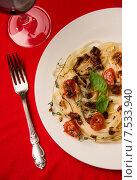 Паста с томатами и базиликом. Стоковое фото, фотограф Ника Денова / Фотобанк Лори