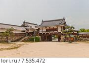 Купить «Башня Тамон Ягура и ворота Ниномару Омотэ замка Хиросима (Замок Карпа). Национальный исторический объект. Построен в 1591, разрушен атомной бомбой 1945 г., реконструирован в 1958 г.», фото № 7535472, снято 20 мая 2015 г. (c) Иван Марчук / Фотобанк Лори