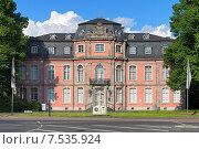 Купить «Замок Ягерхоф в Дюссельдорфе, в котором находится Музей Гёте, Германия», фото № 7535924, снято 20 мая 2015 г. (c) Михаил Марковский / Фотобанк Лори