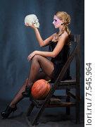 Купить «Девушка в образе Гамлета на Хэллоуин, с черепом и тыквой», фото № 7545964, снято 14 октября 2012 г. (c) 1Andrey Милкин / Фотобанк Лори