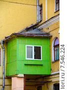 Перенаселенность: деревянный пристрой к старому зданию (2014 год). Стоковое фото, фотограф Горбач Елена / Фотобанк Лори