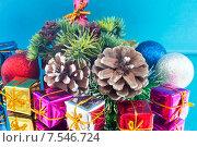 Рождественские подарки и игрушки на синем фоне. Стоковое фото, фотограф Alexander Alexeev / Фотобанк Лори