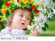 Ребенок в цветочном венке удивляется цветению. Стоковое фото, фотограф Tanya Ischenko / Фотобанк Лори