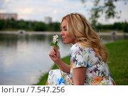 Купить «Красивая молодая женщина вдыхает аромат жасмина закрыв глаза», эксклюзивное фото № 7547256, снято 10 июня 2015 г. (c) Яна Королёва / Фотобанк Лори