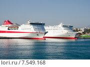 Белые пассажирские круизные корабли в порту. Стоковое фото, фотограф Горбач Елена / Фотобанк Лори