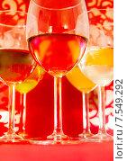 Коктейли в бокалах на столе крупным планом. Стоковое фото, фотограф Горбач Елена / Фотобанк Лори