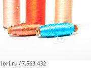Купить «Разноцветные катушки с нитками на белом фоне», эксклюзивное фото № 7563432, снято 14 июня 2015 г. (c) Яна Королёва / Фотобанк Лори