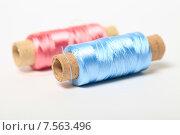 Купить «Катушки голубая и розовая с шелковыми нитками», эксклюзивное фото № 7563496, снято 14 июня 2015 г. (c) Яна Королёва / Фотобанк Лори