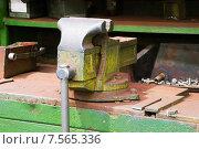 Купить «Слесарный верстак с тисками», эксклюзивное фото № 7565336, снято 16 июня 2015 г. (c) Александр Щепин / Фотобанк Лори