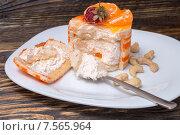 Торт на тарелке с мандарином и клубникой. Стоковое фото, фотограф Марат Мухамедов / Фотобанк Лори