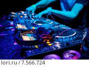 Dj играет музыкальные треки. Стоковое фото, фотограф Максим Блинков / Фотобанк Лори