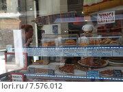 Женщина выбирает пиццу в закусочной Венеции (2015 год). Редакционное фото, фотограф Tanya  Polevaya / Фотобанк Лори