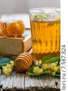 Купить «Липовый чай в стакане и мед», фото № 7587824, снято 21 июня 2015 г. (c) Марина Сапрунова / Фотобанк Лори