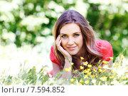 Купить «Красивая девушка в красной кофточке лежит на зеленой лужайке», фото № 7594852, снято 10 июня 2015 г. (c) Иван Михайлов / Фотобанк Лори