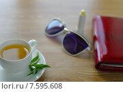 Чашка чая с мятой на столе. Стоковое фото, фотограф Ivan Dubenko / Фотобанк Лори