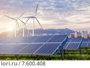 Панели солнечных батарей и ветряные турбины с городом на горизонте. Стоковое фото, фотограф Ярослав Данильченко / Фотобанк Лори