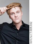 Купить «Мужчина расчесывает свои рыжые волосы», фото № 7604032, снято 24 апреля 2015 г. (c) Дмитрий Булин / Фотобанк Лори
