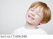 Купить «Веселый мальчик прищурил глаз», фото № 7604040, снято 27 апреля 2015 г. (c) Дмитрий Булин / Фотобанк Лори